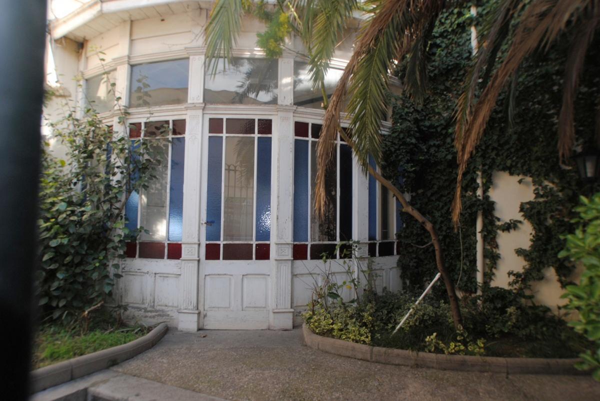 mirador multicolor en la fachada de la casa de Sant Feliu de Guixols