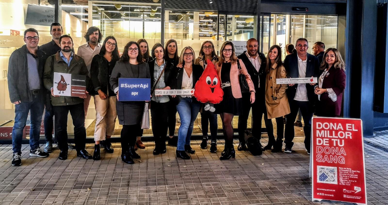 Equipo API donando sangre en el Banco de sangre del hospital de Sant Pau (Barcelona)