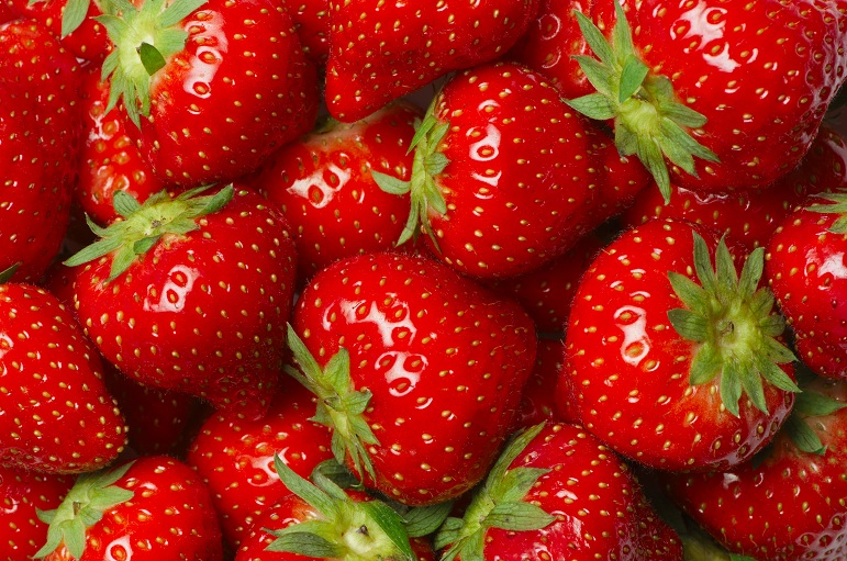 Benefits of strawberry for the skin during summer