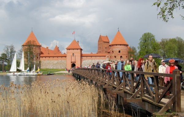 Trakai_Castle_tourists