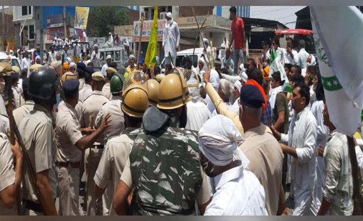 आंदोलनकारी किसनों ने हिसार में सीएम मनोहरलाल के पहुँचने का किया विरोध , डीएसपी की पिटाई के बाद लाठीचार्ज व आंसूगैस छोड़ी पुलिस ने