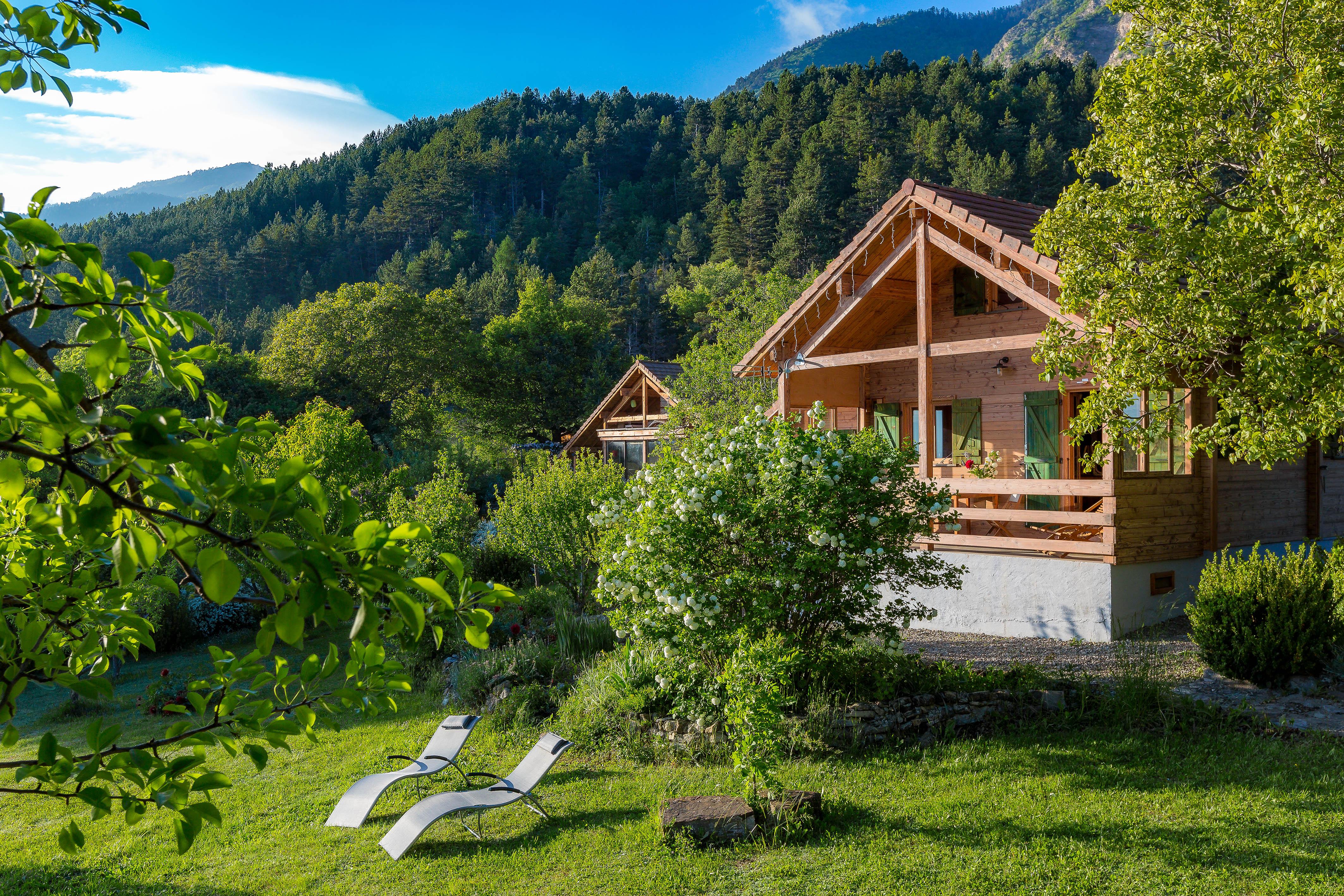 Chalet Carpe Diem - Le jardin devant le gîte et ses deux bains de soleil