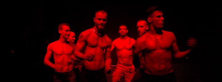 Standbild aus dem Film Hyper Masculinity on the Dance Floor - tanzende, muskulöse Männer mit freiem Oberkörper