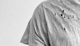 Секрет раскрыт: откуда берутся маленькие дырочки на футболках?