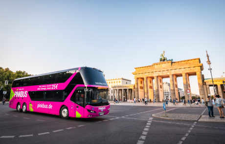 Pinbus vor dem Brandenburger Tor in Berlin