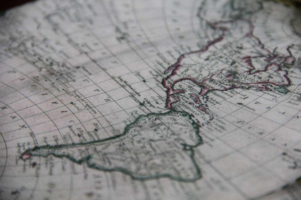 fotografía cercana del mapa de sudamerica