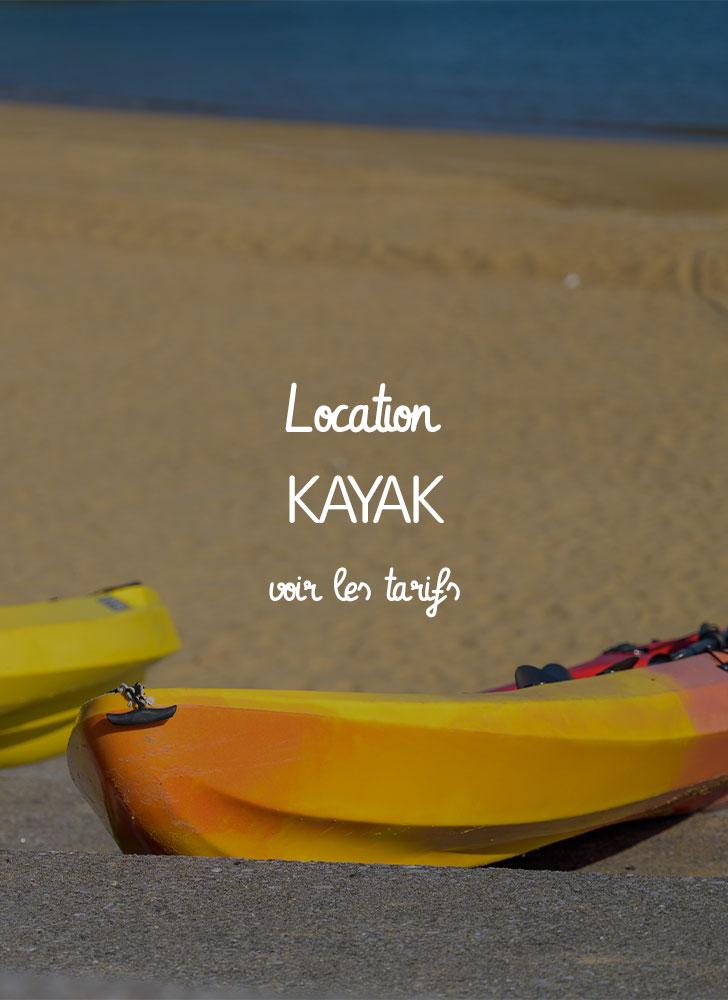 image de deux kayaks jaunes et rouges rigides loués et posés dans le sable