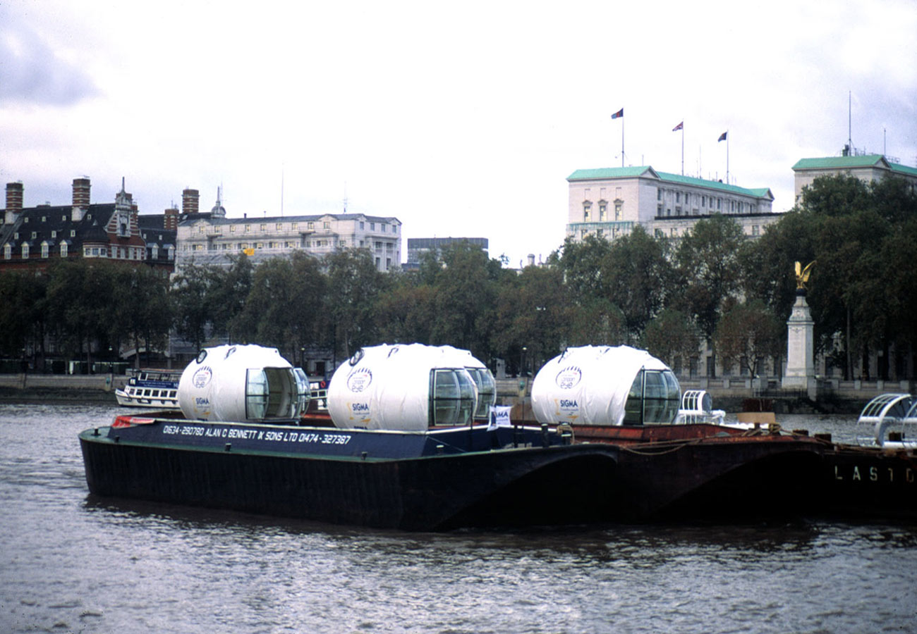 Capsules transit on the River Thames - The London Eye by Marks Barfield Architects