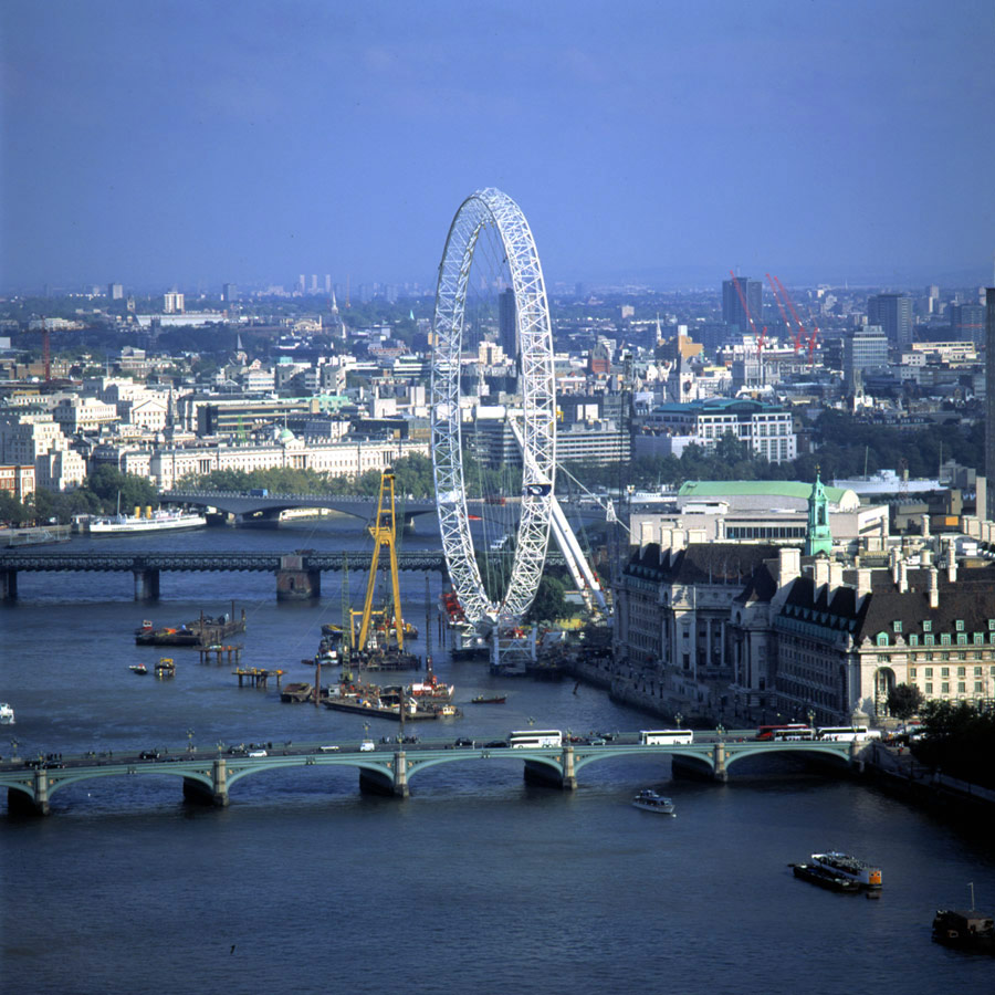 Sunday 17 October in the early hours the wheel rim was swung into the vertical position using the four permanent stay cables that run from the end of the spindle down to the bottom of the A-frame legs. The operation took 18 hours. The London Eye by Marks Barfield Architects