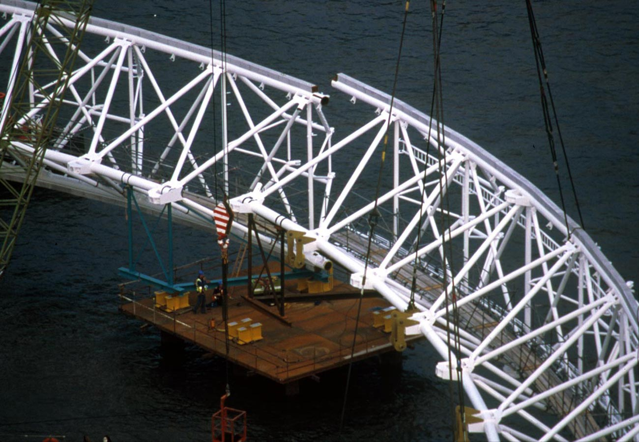 Rim section being put in place - The London Eye by Marks Barfield Architects