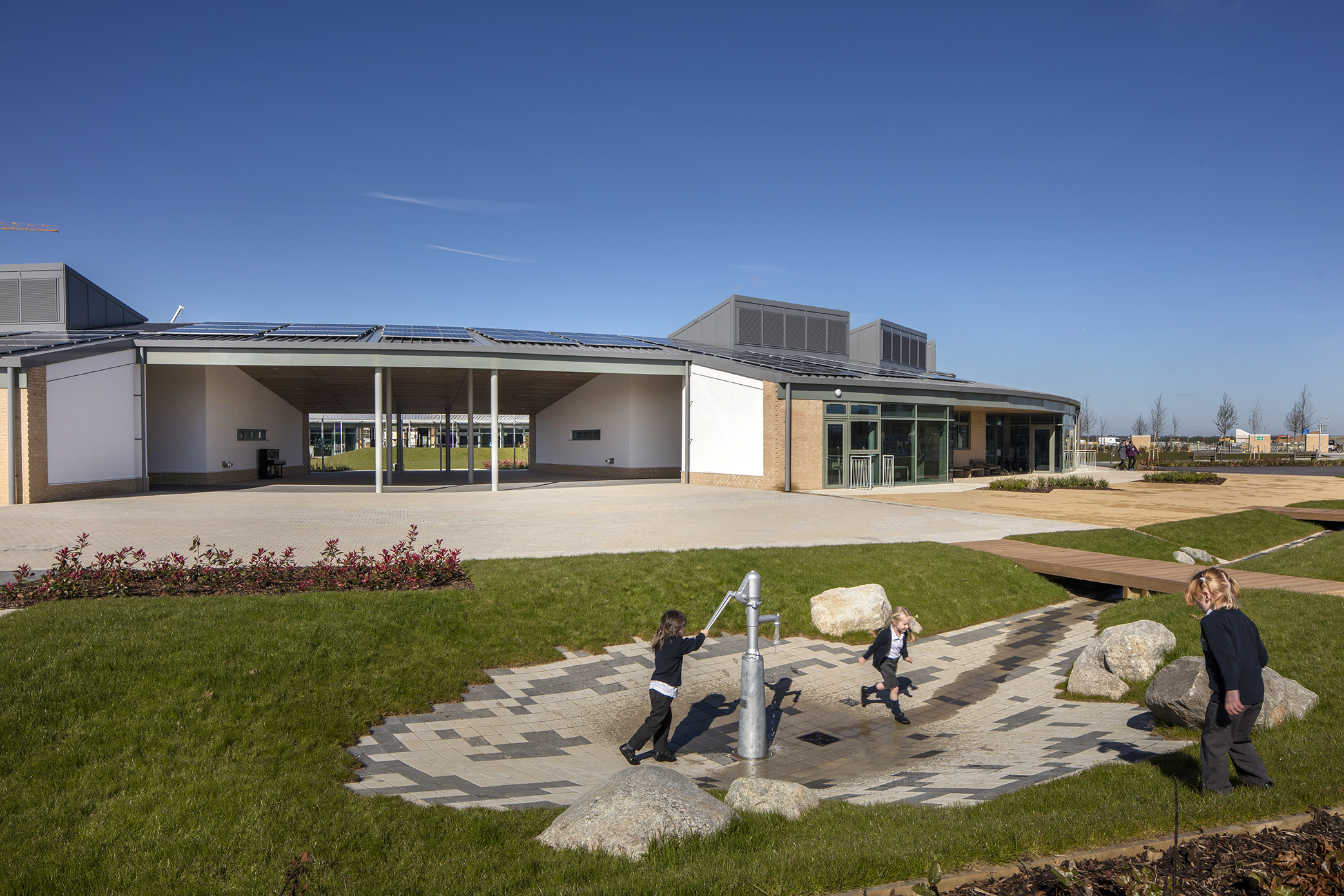water fun - University of Cambridge Primary School by Marks Barfield Architects