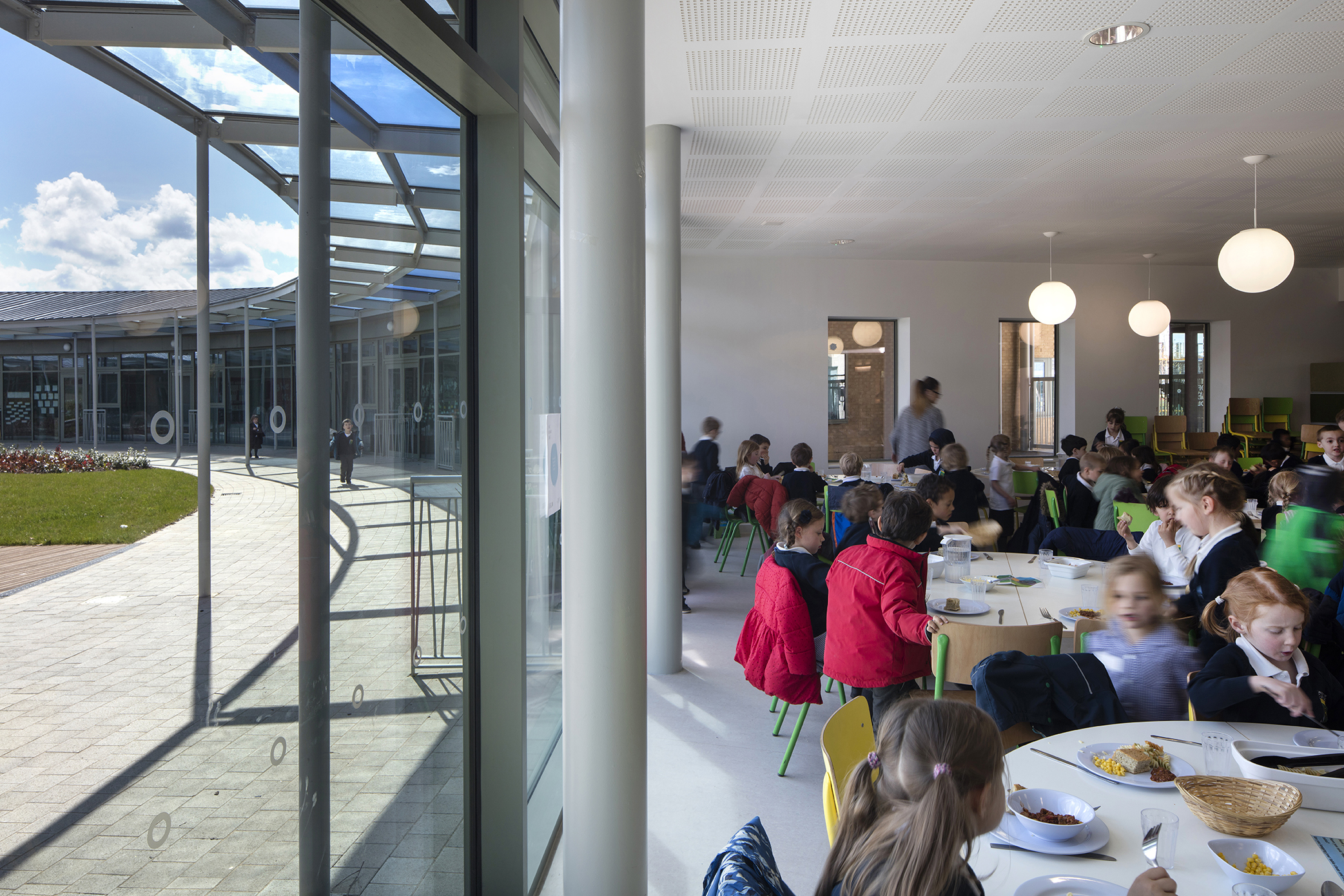dinning - University of Cambridge Primary School by Marks Barfield Architects