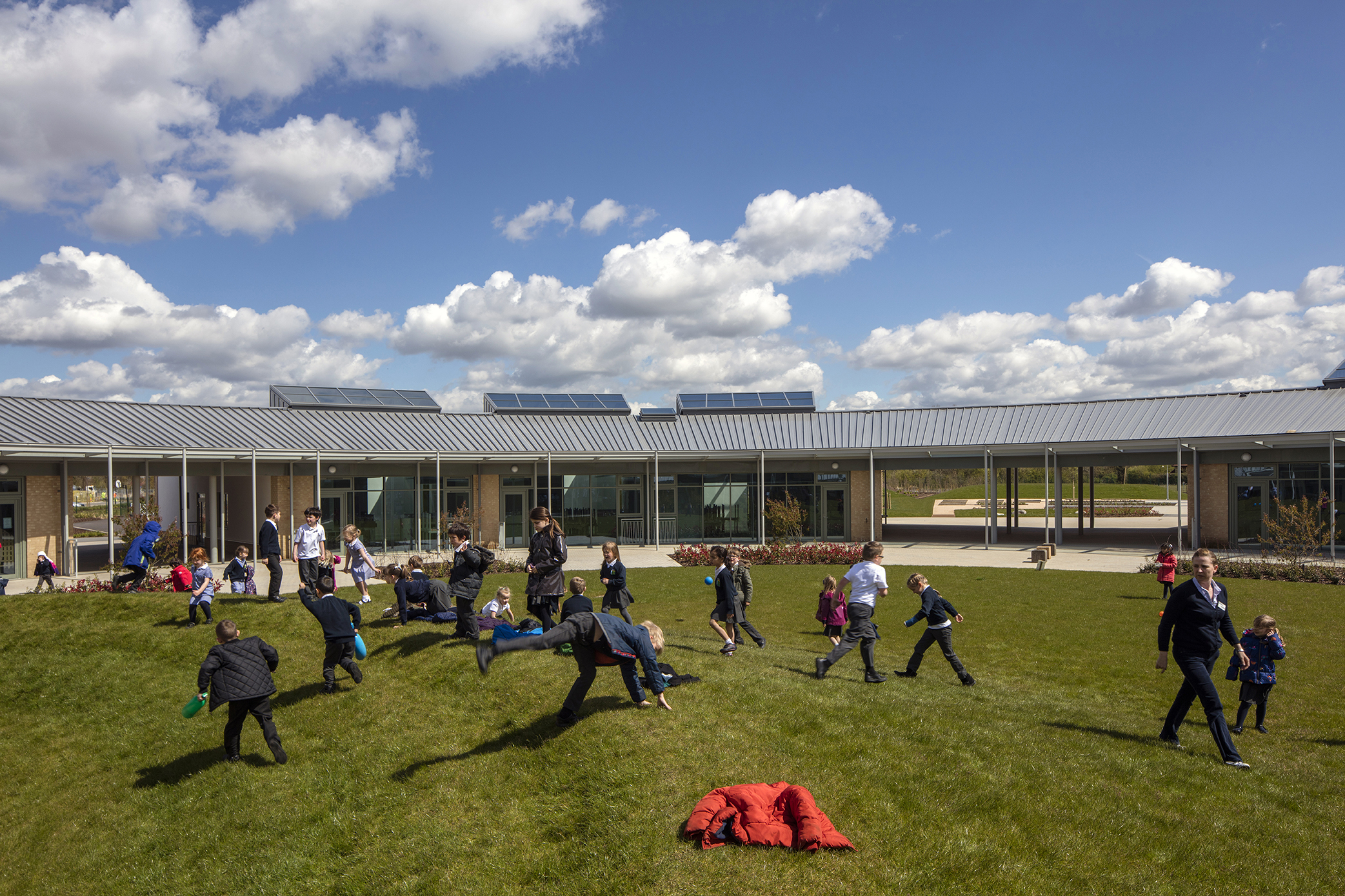 courtyard play - University of Cambridge Primary School by Marks Barfield Architects