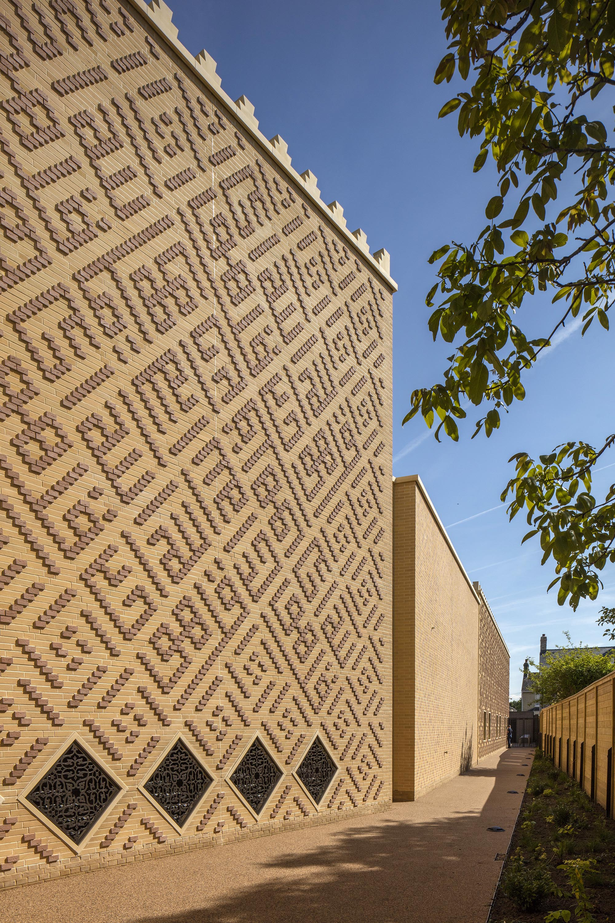 Cambridge Mosque - Brick tiles and crenulations - by Marks Barfield Architects, photo Morley von Sternberg