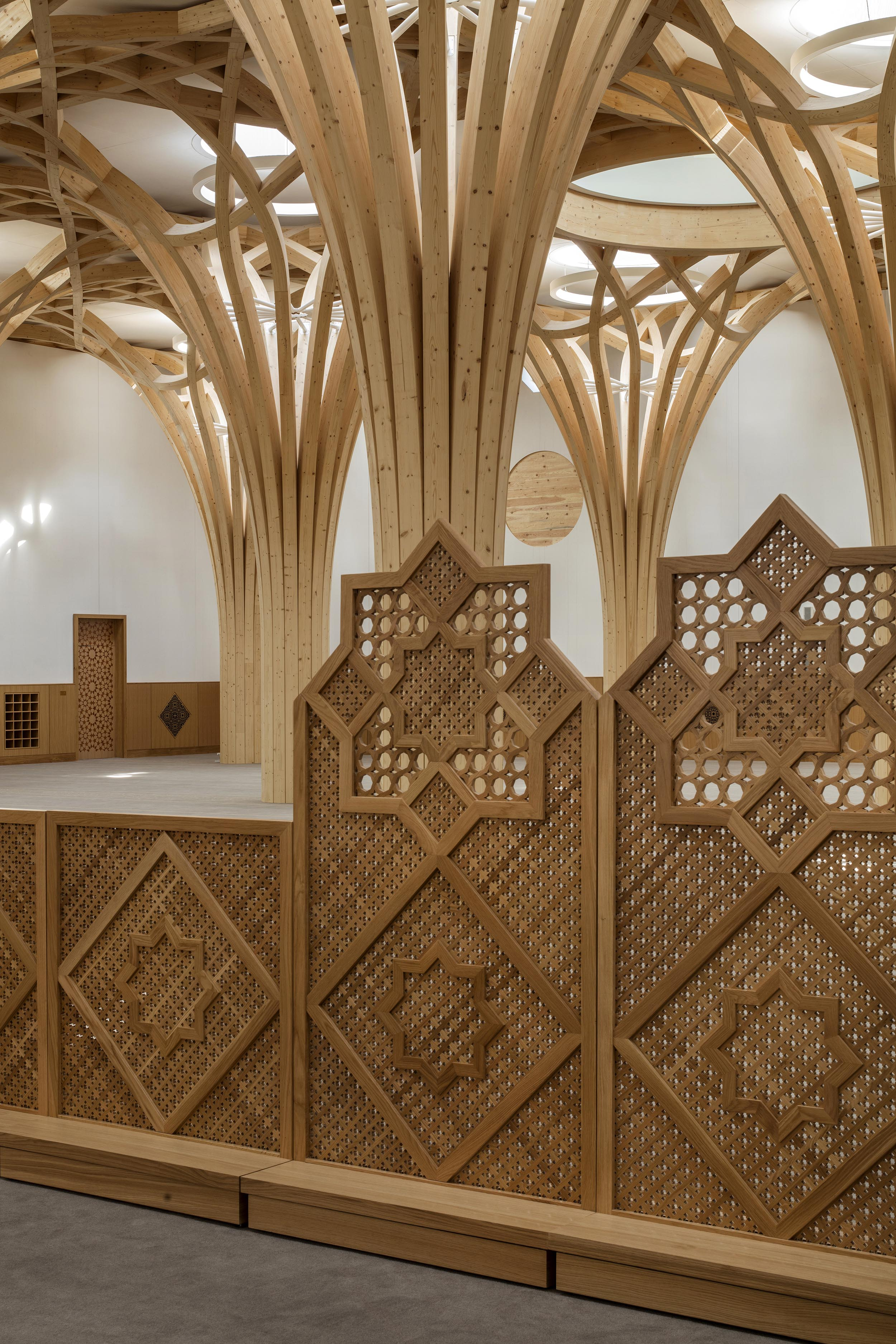 Cambridge Mosque - Mashrabiya screens in Prayer Hall - by Marks Barfield Architects, photo Morley von Sternberg