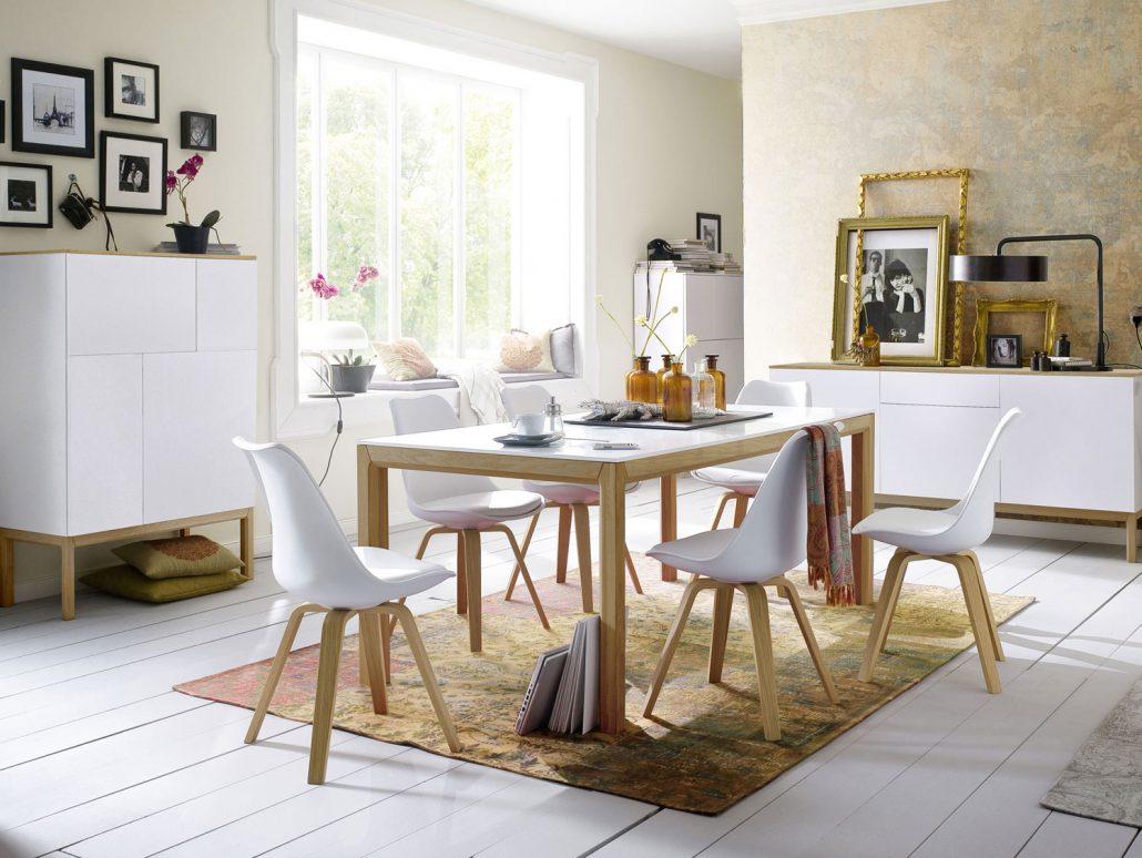 scandinavische stoelen en tafel