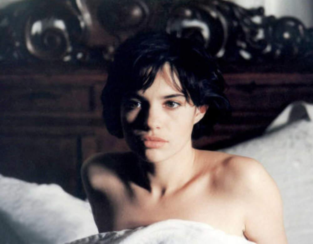 jeune-et-pouponne-beatrice-dans-les-bois-noirs-de-jacques-deray-1989
