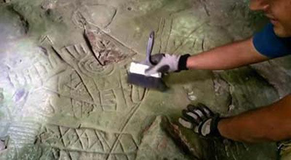 ricercatore con pietra scoperta