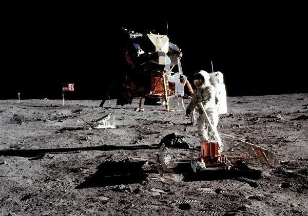 missioni apollo astronauta sulla superficie lunare