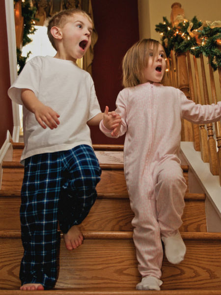 happy_and_excited_children_on_christmas_morning_640_18