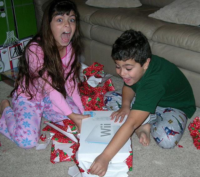 happy_and_excited_children_on_christmas_morning_640_20