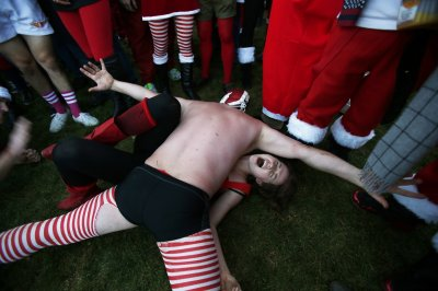 this-father-christmas-has-unfair-weight-advantage-this-impromptu-xmas-wrestling-match-during