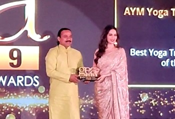 Yogi Chetan Ji taking award