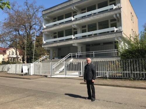 Klaus Peters outside former  Australian Ambassador's former Residence in Niedershchonhausen 2019 1