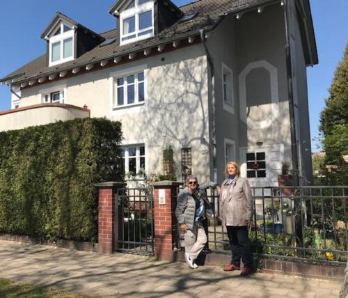 Sue Boyd and Karin Peters outside Sue's former house in Platanenstrasse 2019