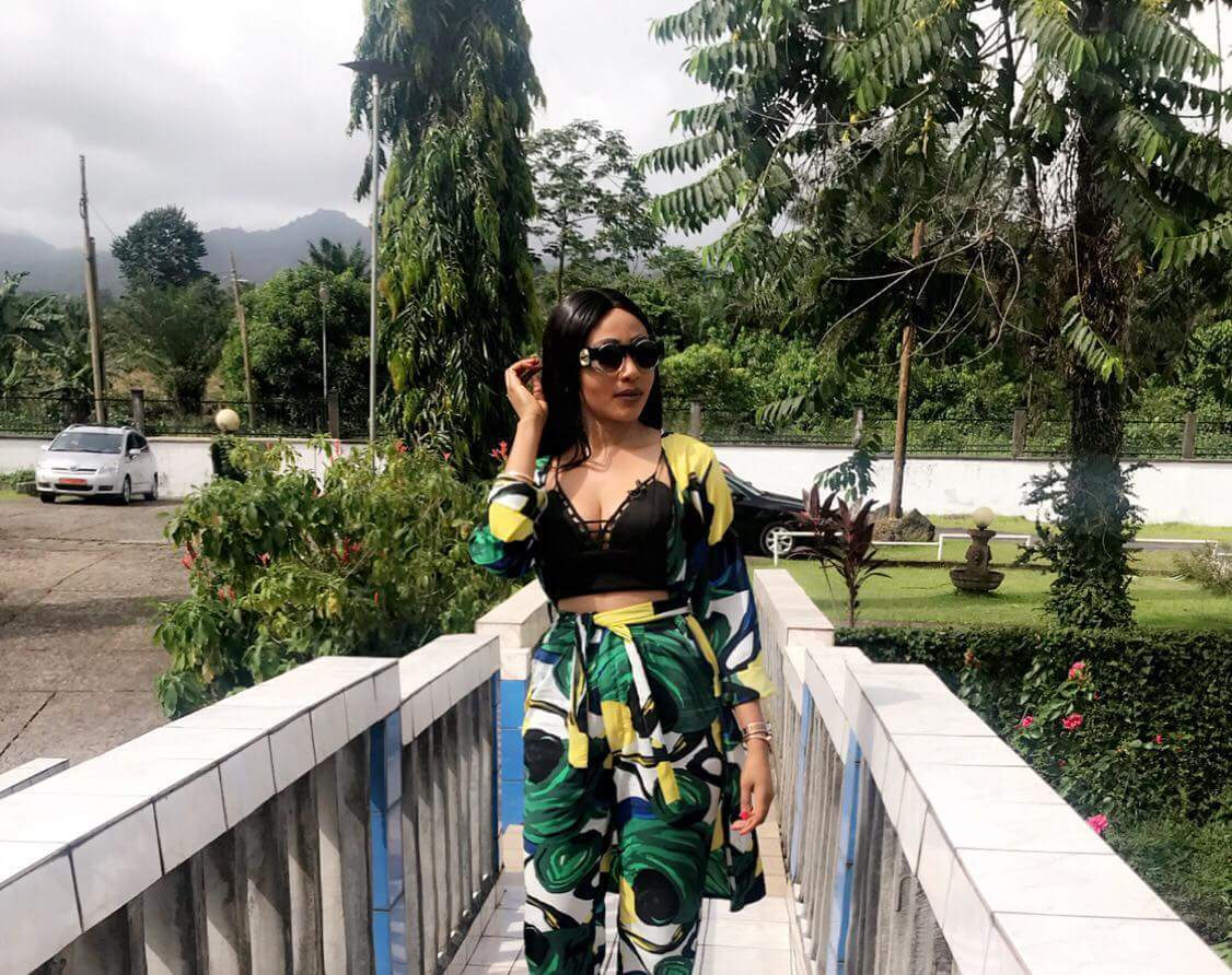 Actress Syndy Emade slays street style in top Cameroonian brand #streetstyle #syndyemade #oziinternational #cameroon