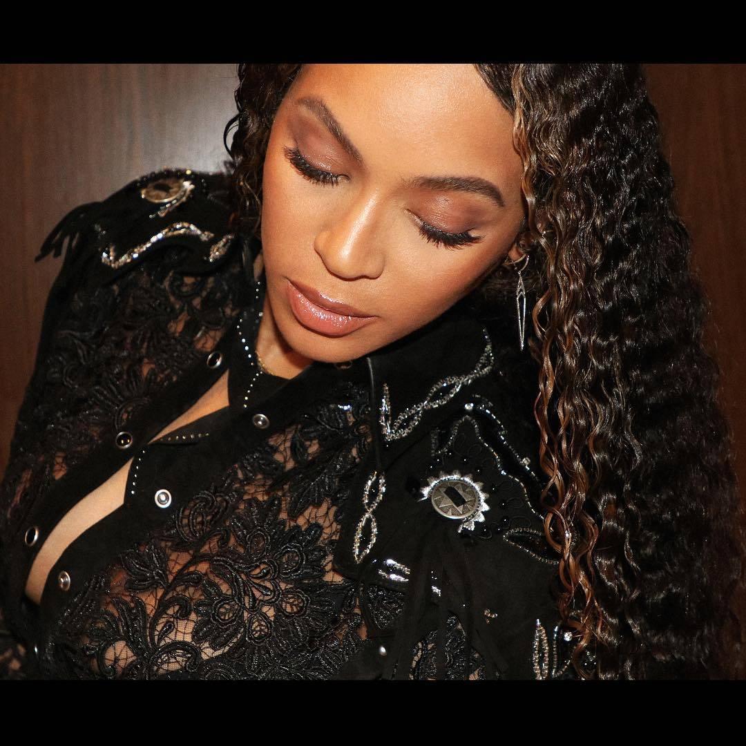 Beyoncé Knowles Carter in Short Black Skirt