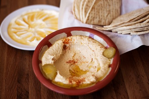 HOW TO MAKE SPICY HUMMUS