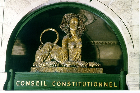 Photographie du fronton du Conseil constitutionnel by Erasoft24 (23 April 2006) Source: Wikipedia