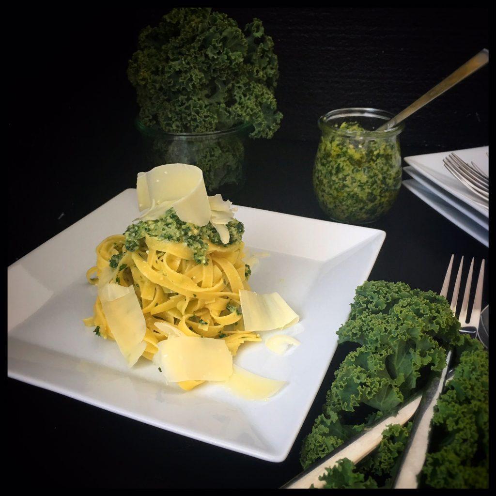 federkohl, pesto, olivenöl, foodwerk.ch, superfood, kale, grünkohl, pesto, cashew kerne, kernels, Parmesan, swiss food blogger, foodblogs, swiss foodblogs