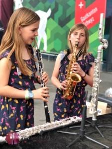marsa und liv am musikinstrument