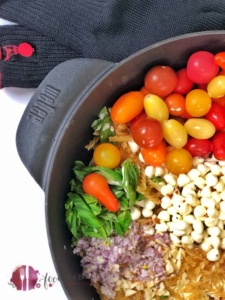 One Pot Grill Pasta mit Handschuh