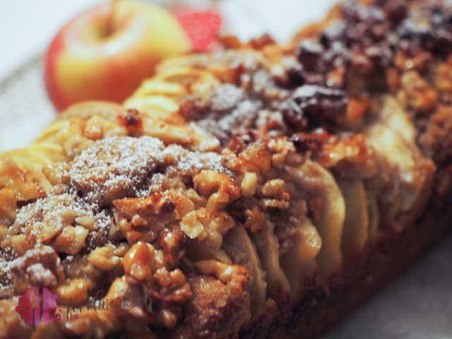 Walnusscrunch auf Apfel Zimt Kuchen
