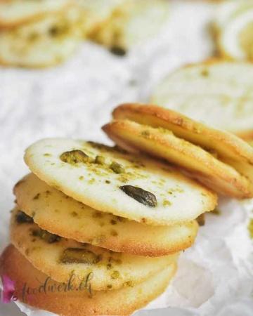 Herrlich knusprige Zitronen Pistazien Kekse. Die feine Zitronennote verleiht dem Keks die richtige frische.
