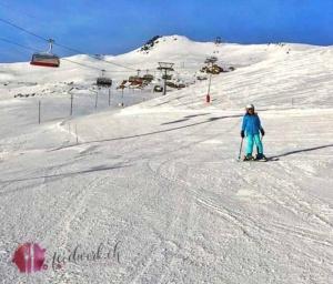 Liv beim Skifahren auf den breiten Pisten von Savognin