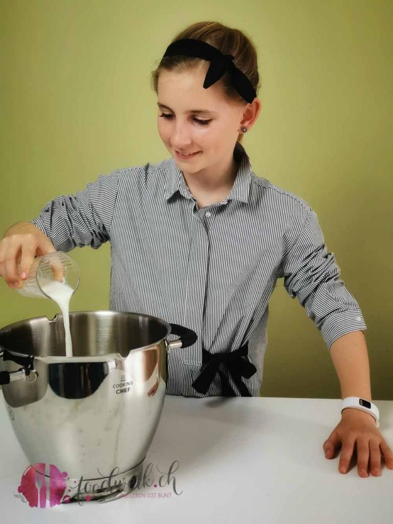 Liv gibt Milch zum Mehl