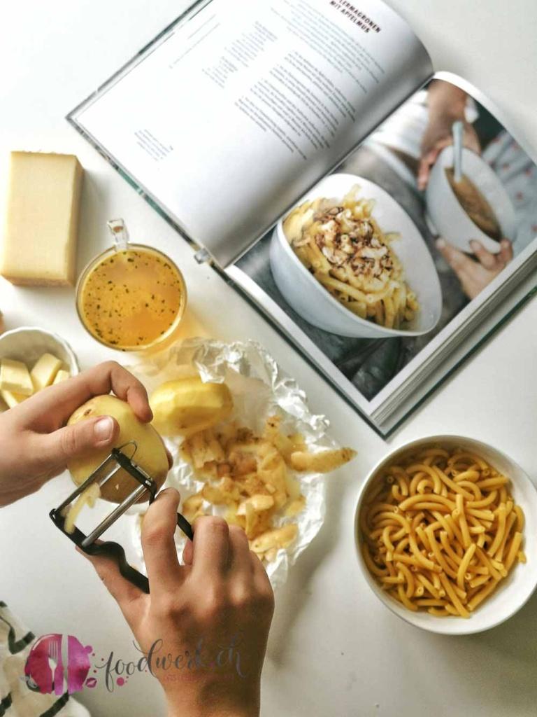 Liv schält Kartoffeln für die Älplermaggronen