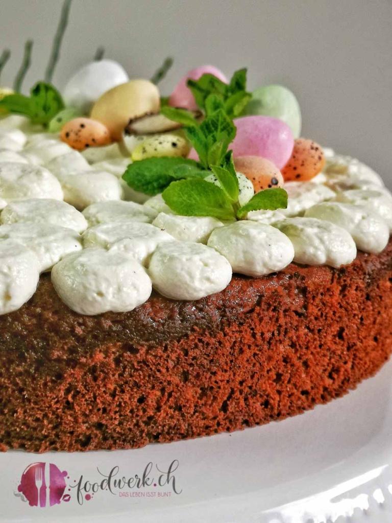 Torte im Ostergewand mit Topping und Cheesecake Füllung