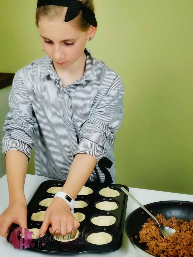 Teig in Muffin Form legen