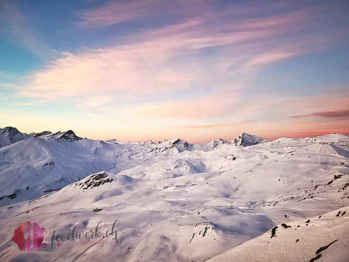 Zuckerwattenwolken über den Bergen