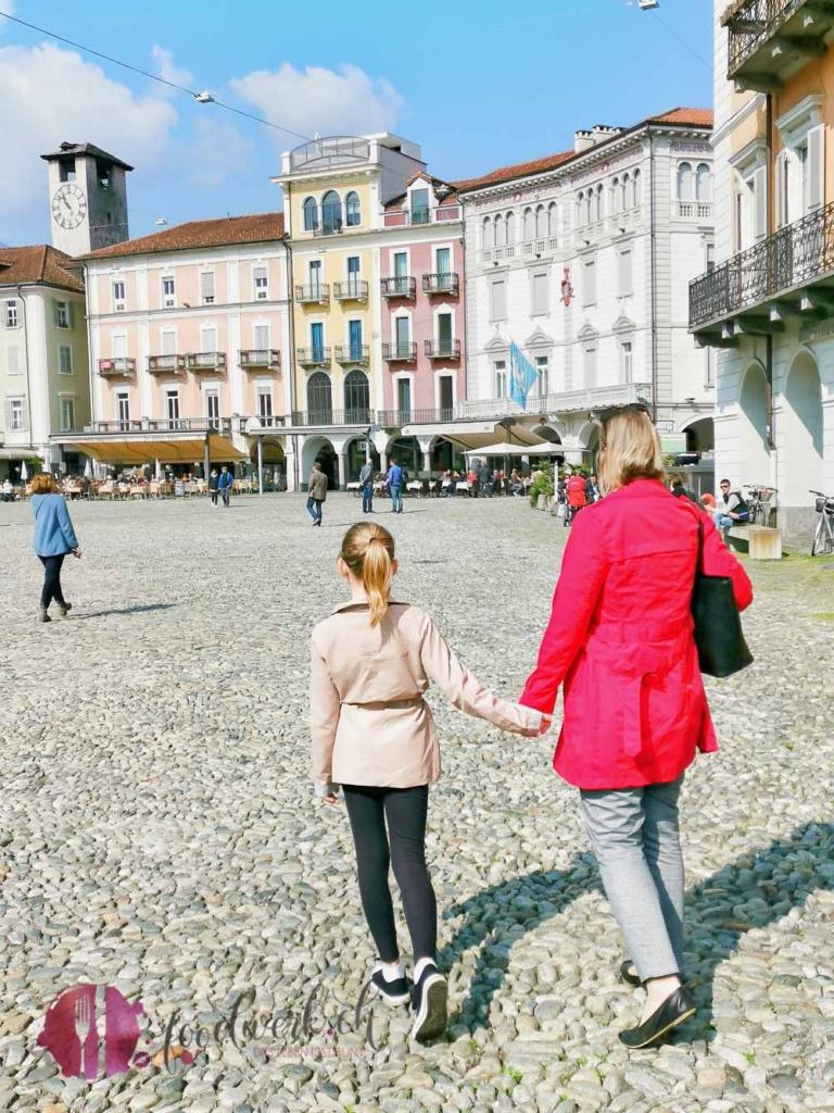 Caro und LIv auf Piazza Grande