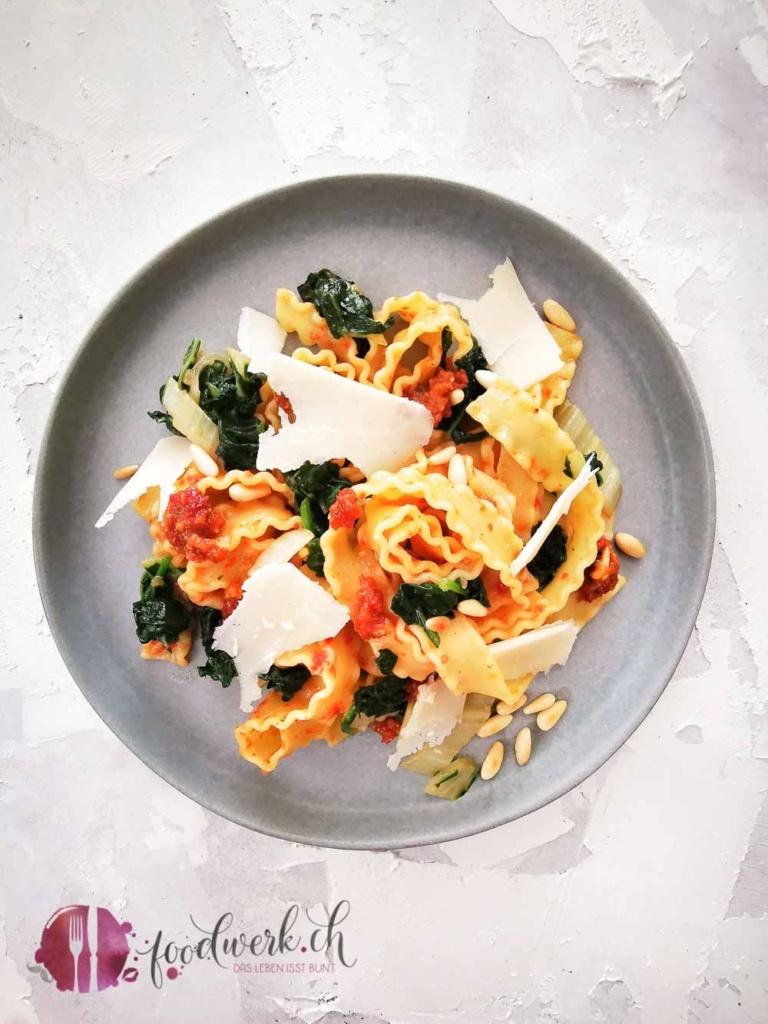 Pasta mit Tomatenpesto und Krautstil