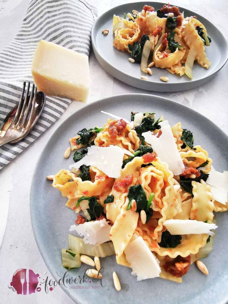 zwei Teller mit Pasta und Mangold