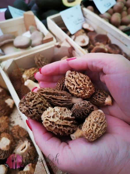 Morcheln auf dem Wochenmarkt