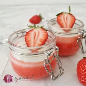 Quarkmousse und Erdbeeren