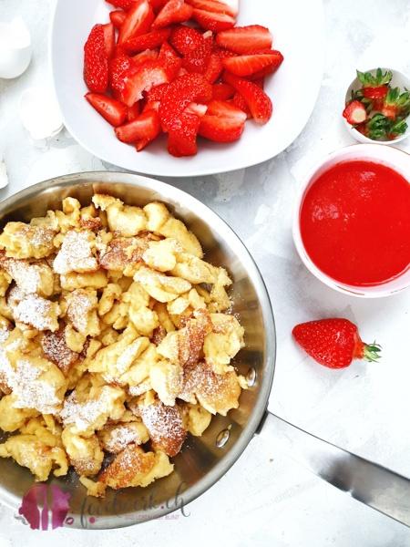 Kaiserschmarrn in der Pfanne und Erdbeeren
